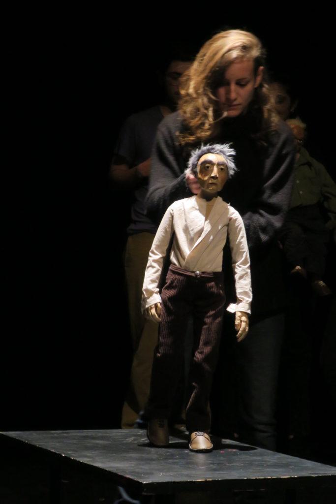 Un estudiante de la 11ª promoción de la Escuela Nacional Superior de la Marioneta (Esnam) y su marioneta.