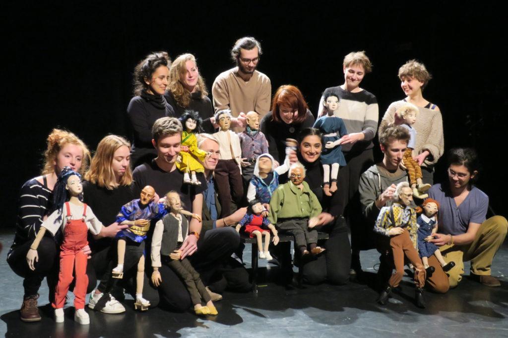 Los alumnos de la 11ª promoción de la Escuela Nacional superior de la Marioneta (Esnam) y sus marionetas.